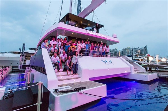 Party Boat Sunreef Yachts with Mako M12